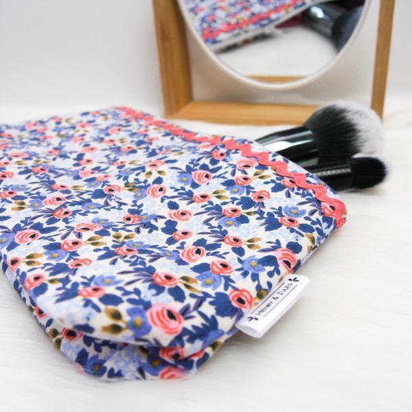 Kosmetiktasche mit blauen Blumen